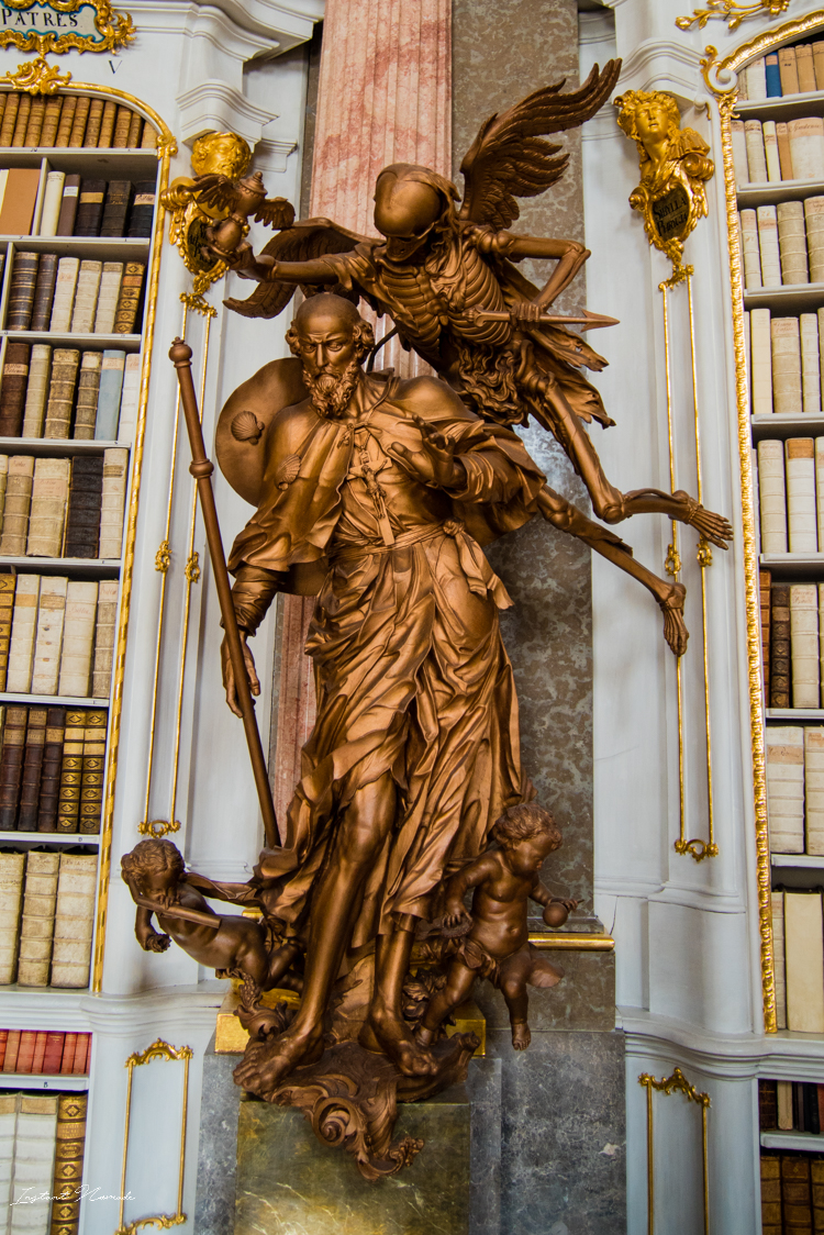 statue-dans-la-bibliotheque-abbaye-admont
